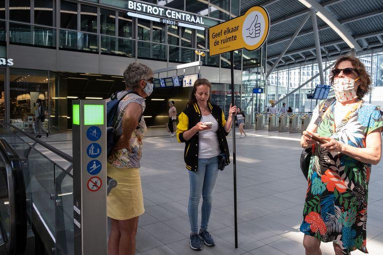 Station Utrecht Centraal. Hoewel het aantal reizigers nog tegenvalt, moeten openbaarvervoerbedrijven weer met volledige capaciteit rijden. Het kabinet komt de ov-bedrijven tegemoet door minstens 93 procent van het verschil tussen hun inkomsten en uitgaven te dekken. Beeld Sabine van Wechem
