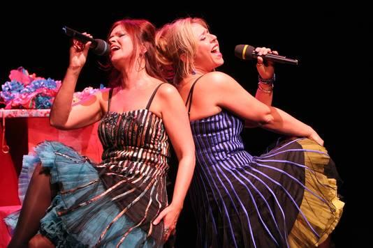 Monique van der Ster in actie met Karin Levin in het Ambachtse theater Cascade.