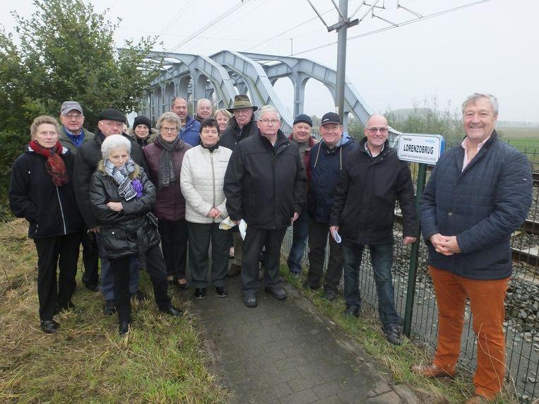 Het Lorenzocomité kwam gisteren het bordje onthullen. Links van het bord staat zoon Hans Vanhaesebroeck. Centraal staat Roger Van Poucke (met de hoed), initiatiefnemer van de Seniorenadviesraad.