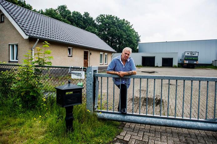 Willy Brands bij zijn woning aan de Nassaudwarsstraat in Vlijmen