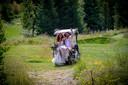 Katja Schuurman en Freek van Noortwijk komen aan op een golfkarretje bij recreatiepark Netl de Wildste Tuin in Kraggenburg.