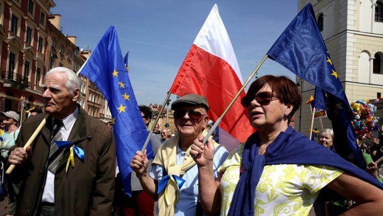 Polen nemen deel aan de 'Schumanparade' in Warschau. De festiviteiten zijn bedoeld als steunbetuiging aan de Poolse integratie in de Europese Unie. Beeld epa