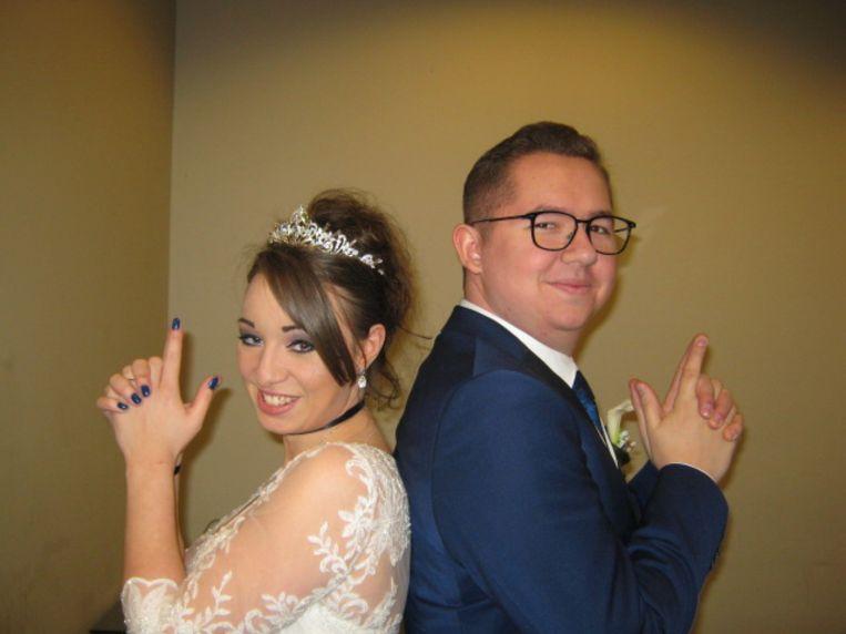 Zij in een witte kanten jurk, hij in een strak blauw pak: zo stapten Kristel en Mike dinsdag in het huwelijksbootje. Op de huwelijksfoto poseren ze als 'Mr. & Mrs. Smith' - hun lievelingsfillm.