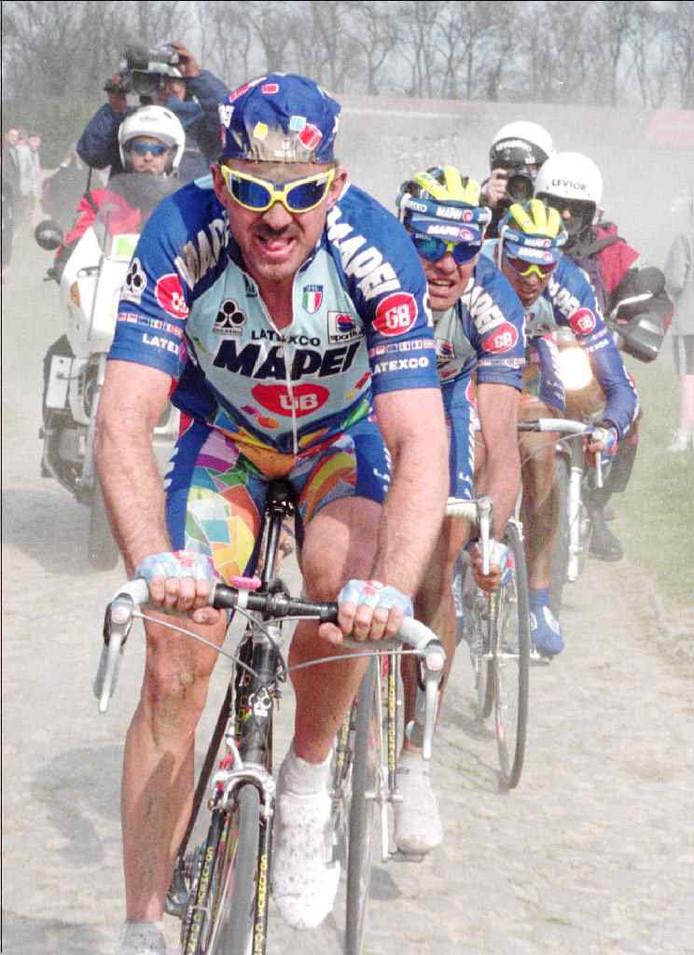 15 april 1996: Mapei op weg naar een 'clean sweep' in Parijs - Roubaix. Johan Museeuw leidt voor Gianluca Bortolami en Andrea Tafi.