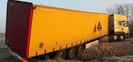 Oplegger vrachtwagen in sloot in Almelo na te krap genomen bocht