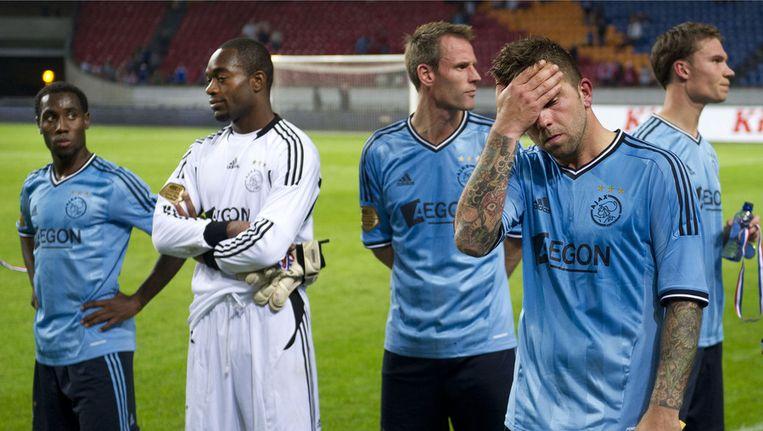 FC Twente heeft in de Arena met 2-1 de wedstrijd tegen Ajax om de Johan Cruijff Schaal 2011 gewonnen. Vurnon Anita, Kenneth Vermeer, Andre Ooijer, Theo Janssen en Derk Boerrigter (vlnr) treuren om het verlies. ©ANP Beeld