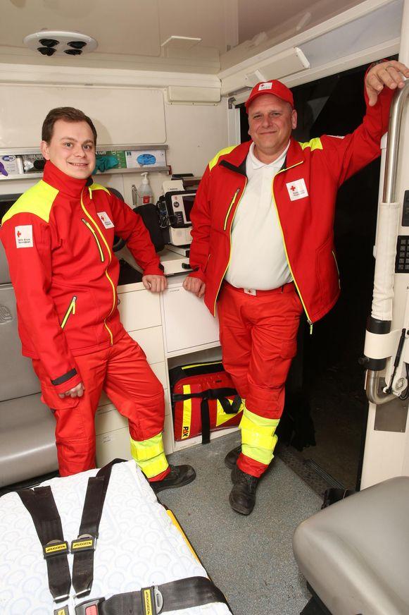 Verantwoordelijke Luc Dekegel (r.) met hulpverlener Joachim Doclot in een van de ziekenwagens van het Rode Kruis.