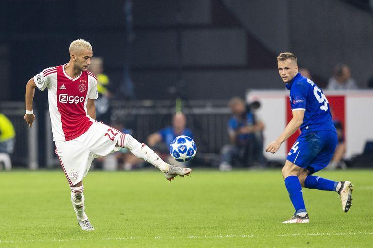 Ajax-speler Hakim Ziyech en Dynamo Kiev-speler Tomasz Kedziora tijdens de wedstrijd in de Johan Cruijff Arena. Beeld ANP Pro Shots