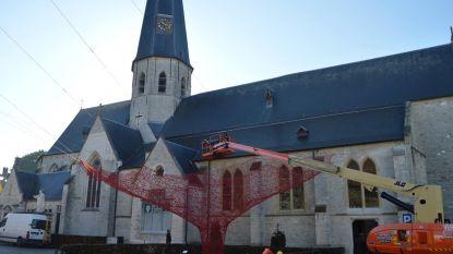 Kunstwerk met rode draad op Kerkplein ontmanteld