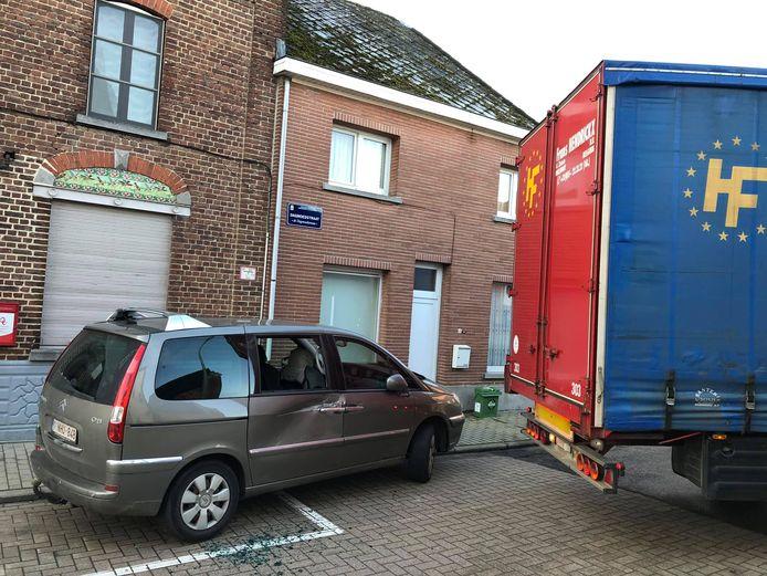 Alweer werd een geparkeerde auto aangereden door een vrachtwagen.