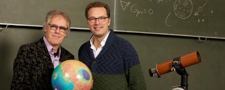 Jeroen Latijnhouwers (R) en Govert Schilling (L) ontrafelen de geheimen van het heelal. Beeld Omroep MAX