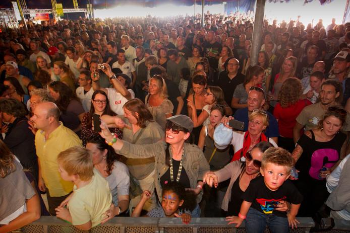 Enthousiast publiek bij het optreden van de Eindhovense band Beef. foto Kees Martens
