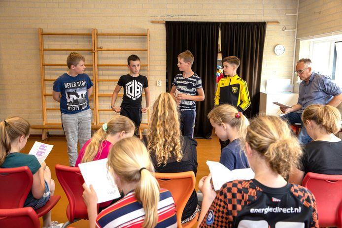 De leerlingen van groep 8 van basisschool De Ranonkel in Someren oefenen voor de musical.