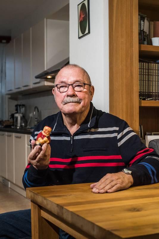 Jan Holman met zijn bijzonder voorwerp: een kaars van 72 jaar oud.