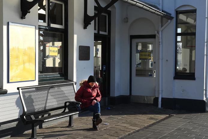 Wachten in de kou op de trein op station Cuijk. De wachtruimte is nog even gesloten.