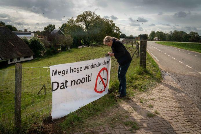 Op de dijk halverwege Angeren en Doornenburg hangen diverse spandoeken tégen de megawindturbines.