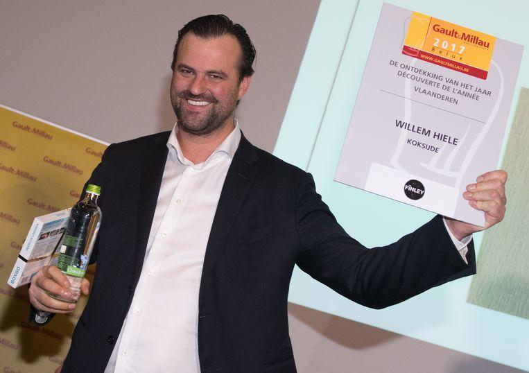 Willem Hiele, zaakvoerder en chef-kok van het gelijknamige restaurant, houdt trots zijn score uitgereikt door Gault&Millau in de lucht.
