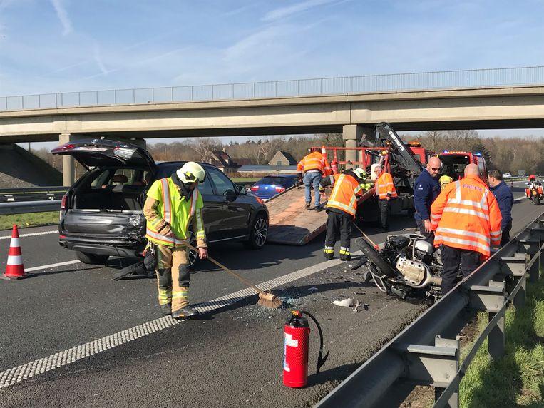 Op de E403 in Torhout is zondag een 60-jarige motorrijder uit Jabbeke omgekomen. De motard reed achteraan in op een file, de zestiger werd door de klap van zijn motor geslingerd. De hulpdiensten probeerden hem nog te reanimeren, maar de man stierf ter plaatse.