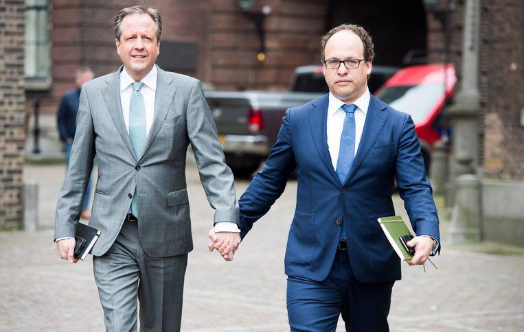 D66-onderhandelaars Alexander Pechtold en Wouter Koolmees arriveren hand in hand op het Binnenhof. Beeld ANP