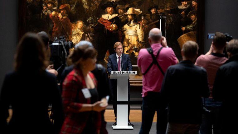 Directeur Taco Dibbits van het Rijksmuseum kondigt onder grote belangstelling aan dat De Nachtwacht, van Rembrandt gerestaureerd gaat worden. Beeld anp