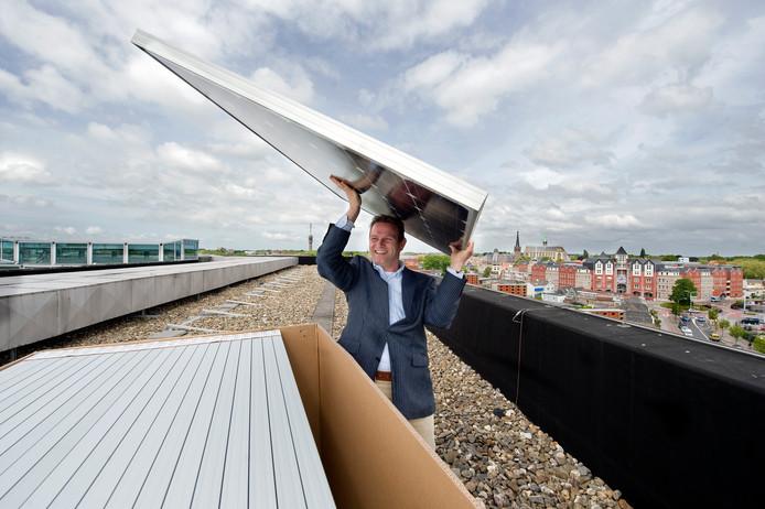 Gedeputeerde Jo-Annes de Bat, hier op archiefbeeld, ziet geen mogelijkheden voor zonneparken op goede landbouwgrond. Hij vindt daken wel geschikt om te voorzien van zonnepanelen.