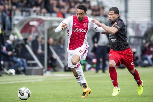 Kenny Tete (links) in duel met Excelsior-middenvelder Anouar Hadouir.