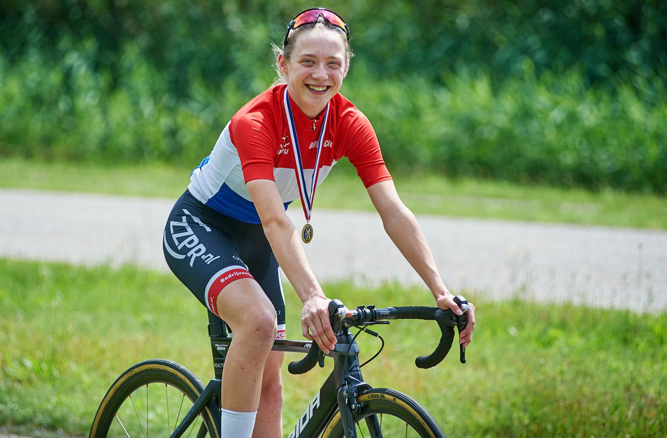 Elise Uijen uit Herpen is Nederlands kampioen  tijdrijden (wielrennen).