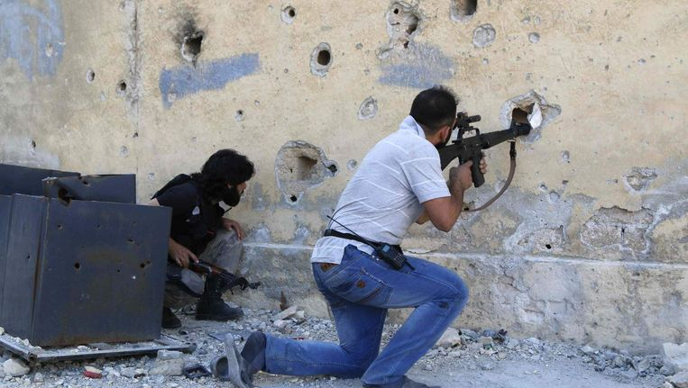 Strijders van het Vrije Syrische Leger in actie in de Syrische stad Aleppo. Honderden Europese moslims zijn afgereisd naar Syrië om zich bij de opstand tegen Assad aan te sluiten. Een aantal van hen hebben zich aangesloten bij de extremistische beweging ISIS. Beeld reuters