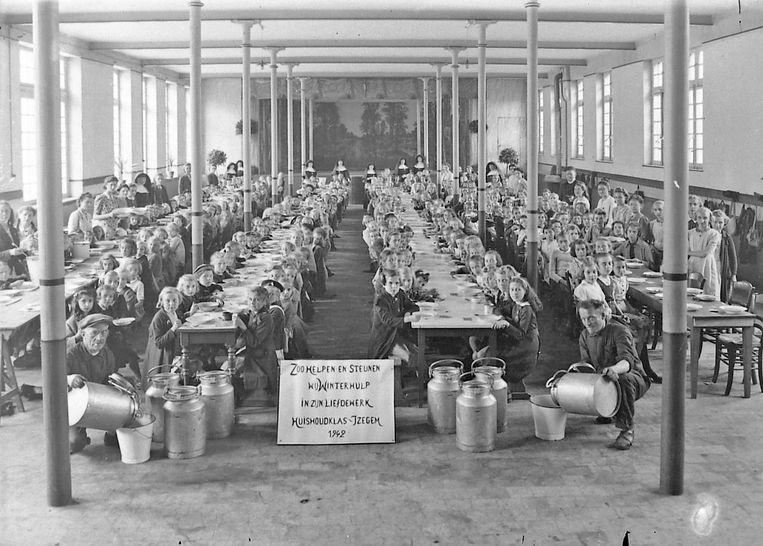 Een beeld uit Izegem tijdens de Tweede Wereldoorlog:  comité Winterhulp geeft hongerigen een maaltijd.
