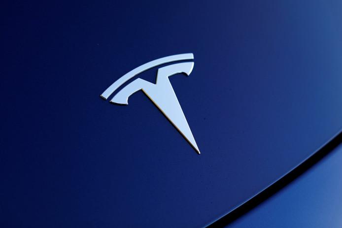 Het Tesla-logo op een Model 3.