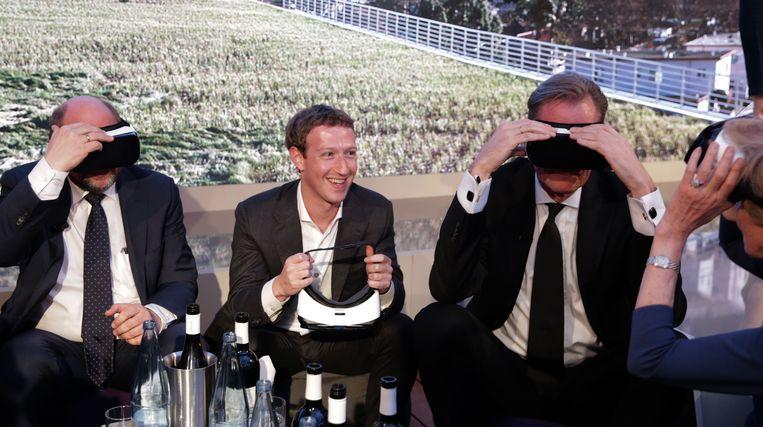 Toenmalig Europees Parlementsvoorzitter Martin Schulz, Facebook-baas Mark Zuckerberg, Axel Springer SE-voorzitter Mathias Döpfner en uitgever Friede Springer testen Virtual Reality-apparaten in Berlijn, 25 februari 2016. Beeld AFP