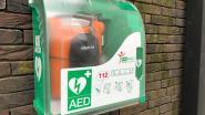 Nieuw AED-toestel aan  voorzijde gemeenteschool