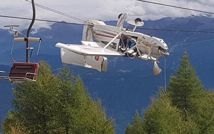 Gek genoeg bleef het vliegtuig vasthangen in de kabels.