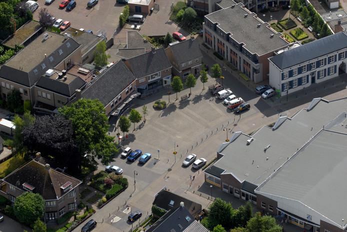 Luchtfoto Hoeven: het Raadhuisplein.