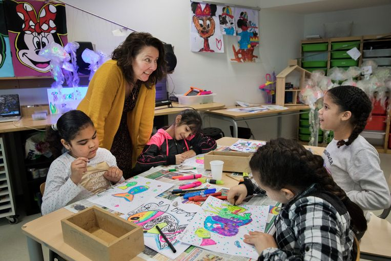 Vmbo-docent Elke van der Brugge geeft kunstles aan de kinderen van groep vijf van de Christophoorschool. Beeld Inge Van Mill