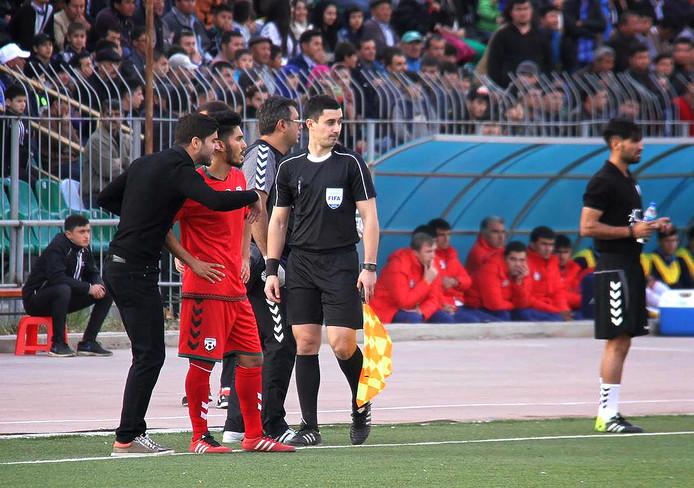 Anoush Dastgir (links) geeft instructies als interim-bondscoach van Afghanistan.