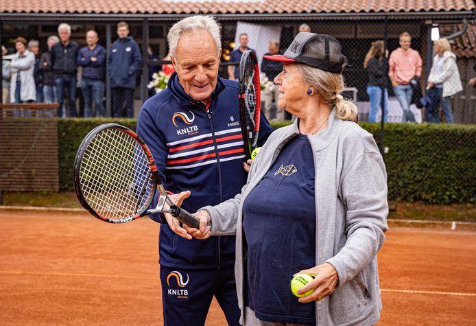 Tom Okker is als ambassadeur van OldStars-tennis volgende week in Borculo van de partij bij het feestje ter gelegenheid van de 400ste OldStars-club, bij ABTC De Wildbaan.