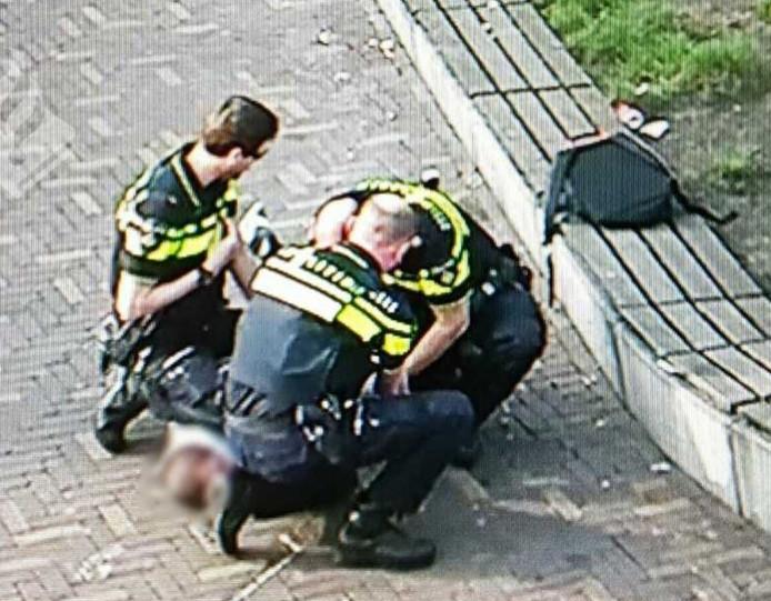 De man kon door agenten worden overmeesterd.