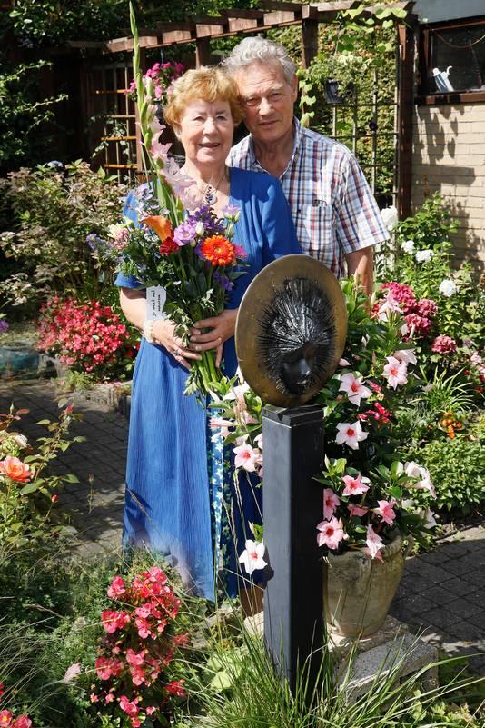 Wil en Helen Roozeboom op hun favoriete plek: hun tuin in Beek.