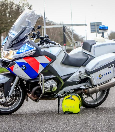 Sleutel uit politiemotor in Zwolle gestolen terwijl agent bezig is met melding