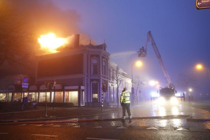 De brand vond plaats in een woning boven tapijtenzaak het Loord in Zwolle.