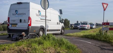 Fietsster ernstig gewond na aanrijding met bestelbusje in Wilnis