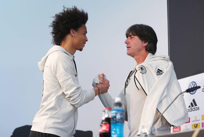 Bondscoach Joachim Löw begroet Leroy Sané in Wolfsburg.