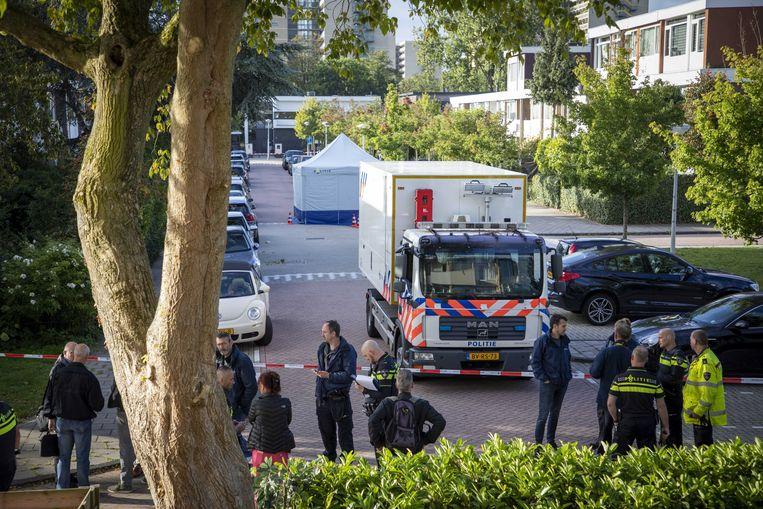 Politie-onderzoek in de straat in Amsterdam-Buitenveldert waar woensdagochtend advocaat Derk Wiersum werd neergeschoten. Beeld Foto EPA