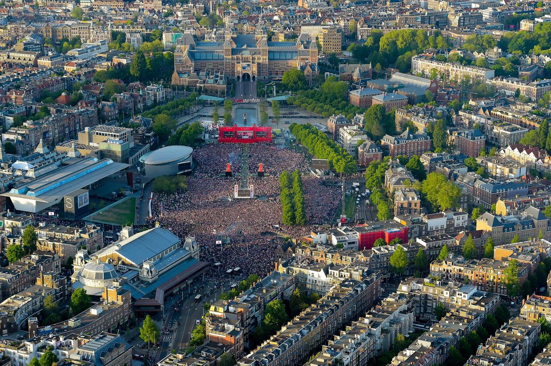 Luchtfoto van het Museumplein dat is volgestroomd met Ajaxfans tijdens de Europa League-finale tegen Manchester United in 2017.