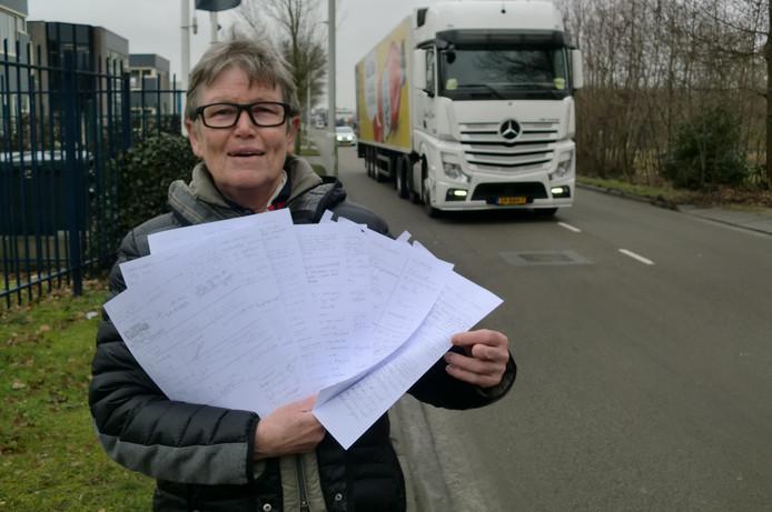 Gemma Engelen met de handtekeningen die zijn gezet onder de petitie voor een vrijliggend fietspad in de Leemstraat in Roosendaal.