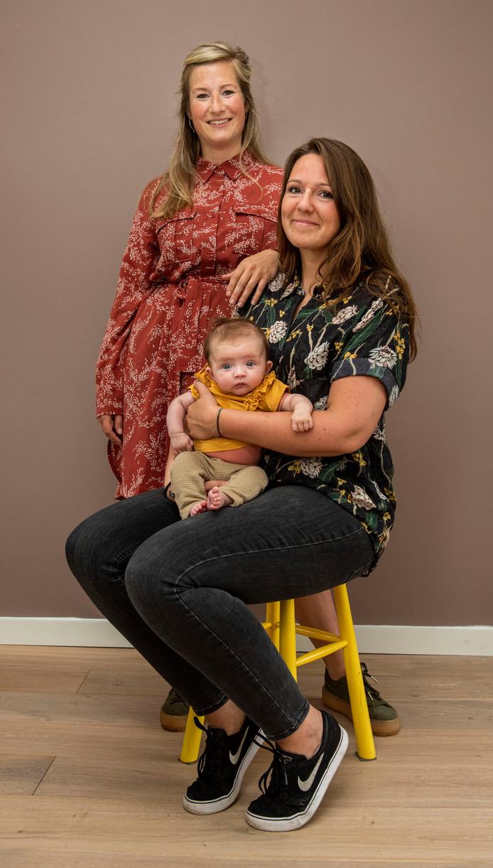 Rachel van Andel (staand) en Liesbeth de Witte met op schoot Rachels dochtertje Mae.