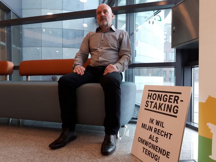 Tony van Dinther is in het gemeentehuis in Heesch in hongerstaking gegaan. 'Ik ga door tot het is opgelost.'