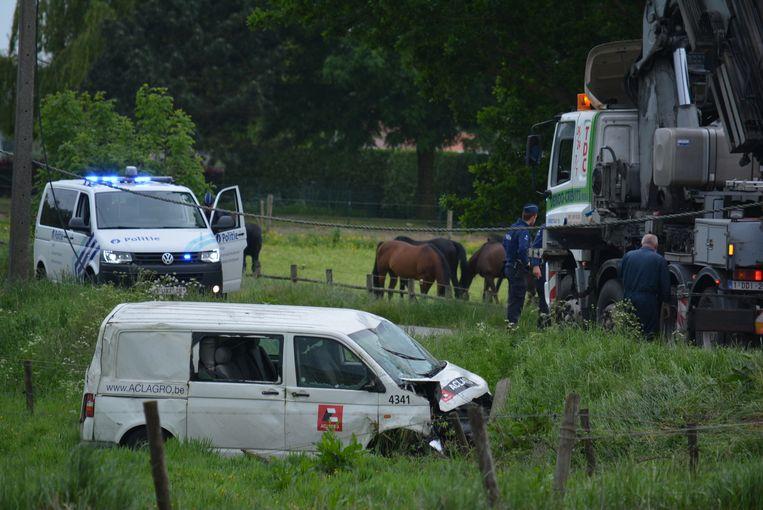 De bestelwagen kwam in de diepe gracht terecht door de loslopende paarden.