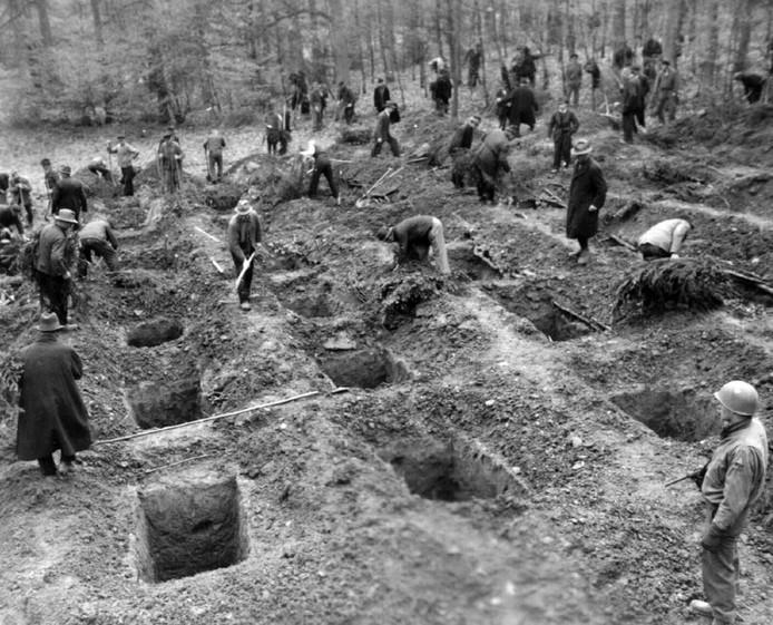 Na de oorlog werden de Duitsers in Suttrop gedwongen om de lijken van dwangarbeiders terug op te graven. Vervolgens werden de lichamen in een echt graf gelegd (archiefbeeld).